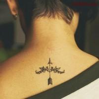 piccolo arco e freccia tatuaggi particolare su nuca