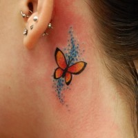 Kleiner Schmetterling Tattoo hinter dem Ohr