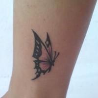 piccola farfalla tatuaggio con modello su gamba