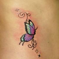 piccola farfalla tatuaggio con stelle su costolette