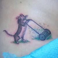 Tattoo von kleinem coolem grauem Nagetier mit Rasenmäher an der Hüfte