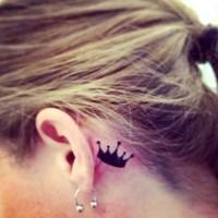 Kleine Krone hinter Ohr Tattoo