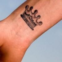 piccola corona tatuaggio su polso