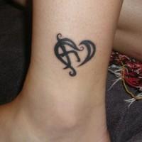 piccolo cuore nero con geroglifico  tatuaggio su caviglia