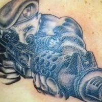 Tatuaggio nero il soldato con l'arma