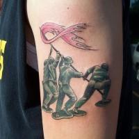 Tatuaggio colorato sul braccio i soldati con la bandiera