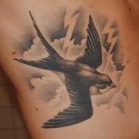 Tatuaggio sul fianco la rondine nera