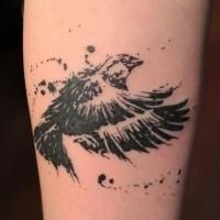 Tatuaggio carino sulla gamba il corvo nero