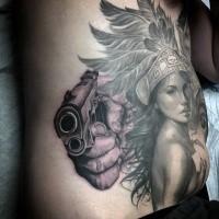 Spektakuläres schwarzweißes großes Tattoo mit Hand, die Pistole hält, und indianischer Frau
