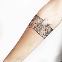 Spektakuläre schwarze Tinte Unterarm Tattoo von verschiedenen Blumen mit kleinen Vogel