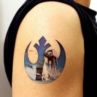 Tatuaje en el brazo, símbolo estilizado de la guerra de las galaxias