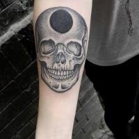 Narbung Stil schwarzes und weißes Unterarm Tattoo von Schädel mit schwarzem Loch