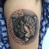 Narbung Stil schwarzes und weißes Oberschenkel Tattoo von schwarzem Panther und Leopard