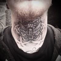 Narbung Stil schwarzea Hals Tattoo mit Schmetterling