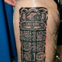 Steinerne aztekische Hieroglyphen vor spanische Kultur Tattoo am Ärmel