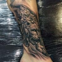 Steinwerk Stil Knöchel Tattoo mit Löwen Statue