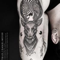 stupendo bianco e nero alieno come cervo raccapricciante tatuaggio su braccio