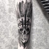 Erstaunliches schwarzes Unterarm Tattoo mit indianischem Schädel und Feder