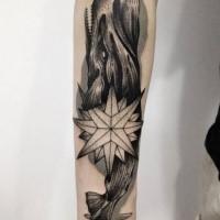Impresionante estilo blackwork pintado por Michele Zingales manga tatuaje de ballena demoníaca con estrella