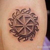 Tatuaje en el hombro, símbolo de sol tribal