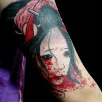 stupendo disegno e dipinto geisha asiatica con testa insanguinata tatuaggio su braccio