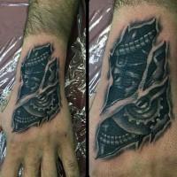 Tatuaje en la mano,  mecanismos con engranajes debajo de la piel rasgana