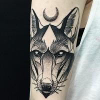 Stupito stile dotwork dipinto da Michele Zingales tatuaggio del braccio superiore della testa di lupo con la luna