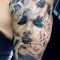 Verblüffend aussehend tinteschwarzer Halbärmel Tattoo des gruseligen weiblichen Gesichtes mit Rauch