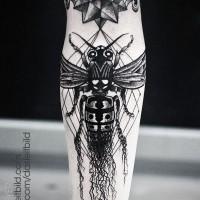 Tatuaje en el antebrazo, abeja grande con estrella extraña