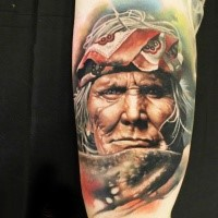 Atemberaubendes in Realismusart farbiges Arm Tattoo mit Porträt des Indianers