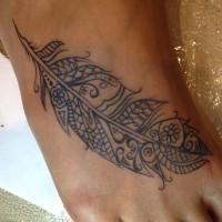stilizzato inchiostro nero piume su piede di femmina
