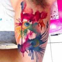 stilizzato multicolore acquerello piuma di pavone con gocce di vernice tatuaggio su bicipite