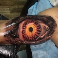Wunderbares mehrfarbiges Bizeps Tattoo vom Auge mit Uhr