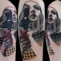 Surrealistischer Stil farbiges Schulter Tattoo mit Auge der Frau und Herzen