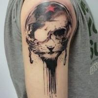 Surrealismus-Stil farbige Schulter Tattoo der Katze im Fahrradhelm stilisiert mit rotem Stern