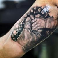 bella tematica realistica mani bimbo e adulto inchiostro nero tatuaggio su braccio