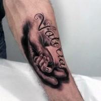 tenero dipinto inchiostro nero dedicato a figlia con scritto nome tatuaggio su braccio