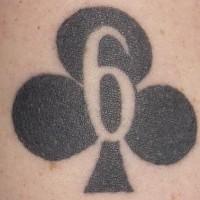 el tatuaje de tinta negra de seis de tréboles