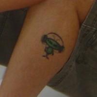 Le tatouage de petit alien écoutant de la musique