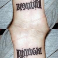 Le tatouage de beau mot ambigramme