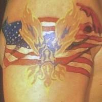 Bandiera americana in fiamma tatuaggio