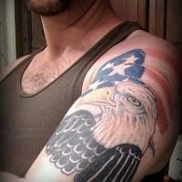 Aquila grande sulla bandiera americana tatuaggio