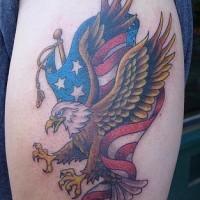 Le tatouage du drapeau américain avec un aigle