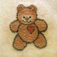 Tatuaggio carino orso Teddy con cuore