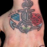 Le tatouage d'ancre avec un diamant et une rose sur le bras