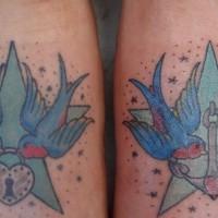 Uccelli sulle stelle con ancora e serratura tatuati