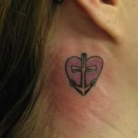 Piccola ancora con cuore tatuati vicino l'orecchio