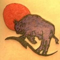 Bisonte sul fondo di sole tatuato