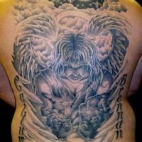 Enorme tatuaggio angelo nel mondo sulla schiena