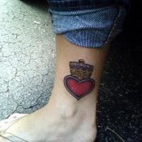 Une couronne sur le tatouage de cœur sur la cheville